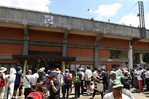 大船渡対遠野緑峰 試合後、花巻球場の入口は大船渡・佐々木見たさに観客が集まる(撮影・横山健太)