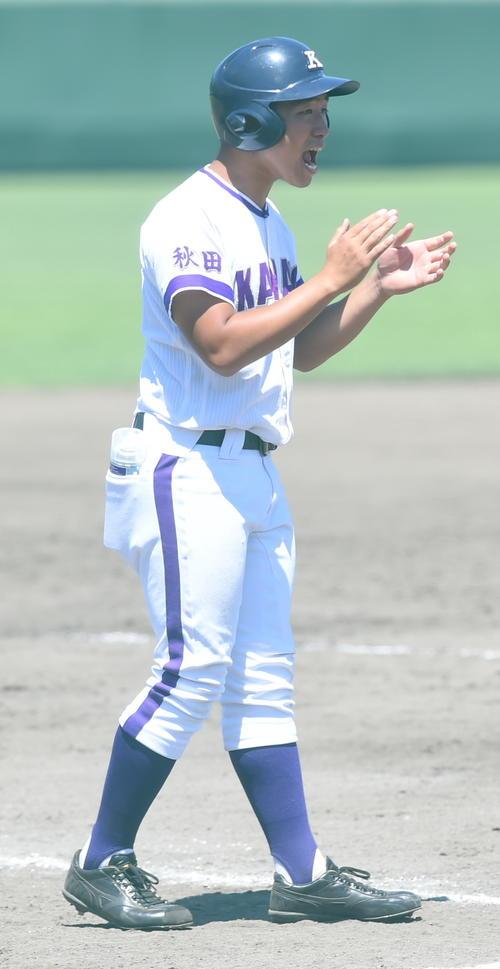角館対金足農 三塁コーチとしてチームを鼓舞する船木主将(撮影・山田愛斗)