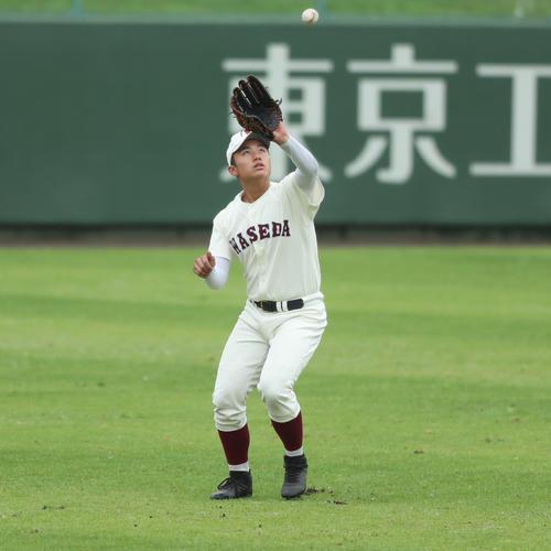 小平西対早実 左翼で試合前ノックを受ける早実・清宮福太郎(撮影・佐田亮輔)
