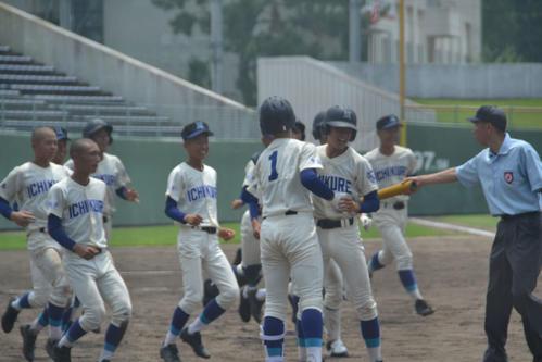 5番沼田仁(中央)のサヨナラ本塁打で初戦を突破し喜ぶ市立呉ナイン(撮影・望月千草)