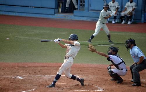 村田対仙台三 6回裏仙台三1死一、三塁、右前に2打席連続適時打を放つ桜田大
