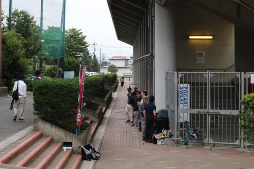 大船渡対一戸 早朝5時すぎには行列が増え始めた花巻球場(撮影・金子真仁)