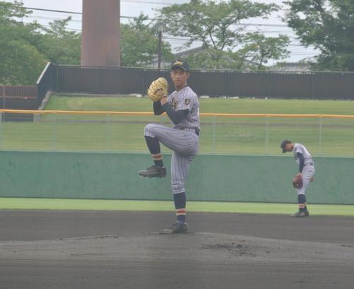 上田西の先発阿部巧雅投手は長野日大打線を4回まで1安打無失点に抑えてコールド勝ち大きく貢献した(撮影・井上真)