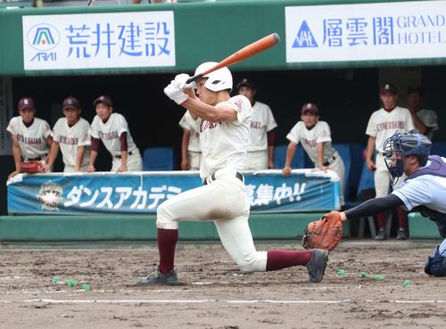 クラーク対旭川大高 4回裏旭川大高2死三塁、左中間に2点本塁打を放つ富田(撮影・浅水友輝)