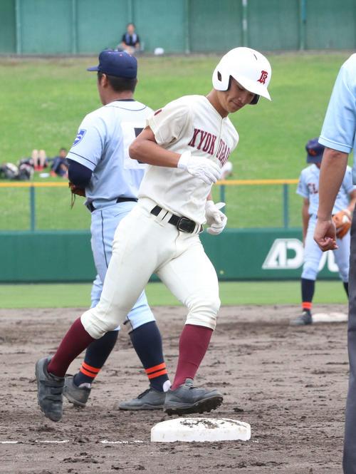 クラーク対旭川大高 4回裏旭川大高2死三塁、富田は左中間に2点本塁打を放ち、ダイヤモンドを1周する(撮影・浅水友輝)