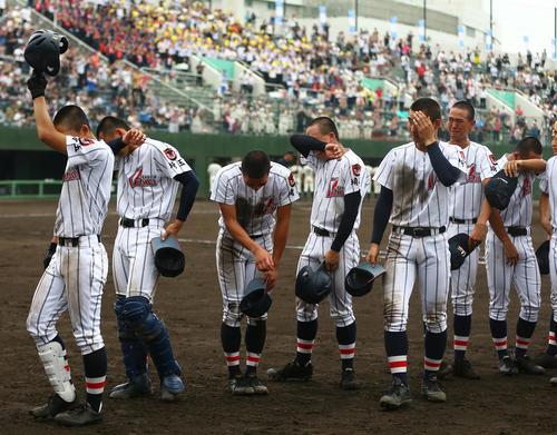 浦和実対浦和学院 4回戦敗退が決まり、号泣する浦和学院ナイン(撮影・伊作将希)