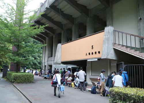 大船渡の試合が行われる岩手県営野球場には早朝から多くの人が行列を作った