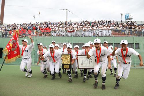 初優勝を決めた飯山ナインは、優勝旗、優勝盾を手に喜びを爆発させる(撮影・佐田亮輔)