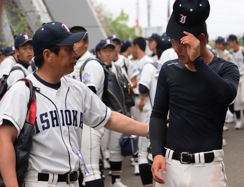石岡一対霞ケ浦 試合後、川井監督(左)からねぎらわれる石岡一・岩本(撮影・古川真弥)