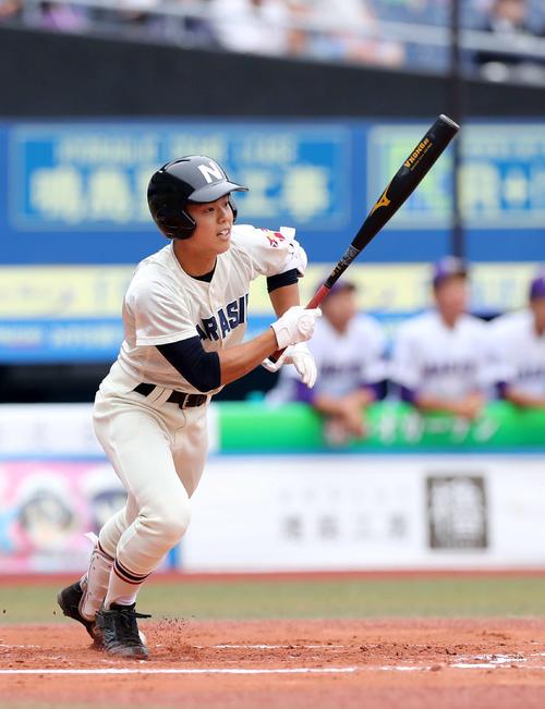成田対習志野 1回裏習志野1死二塁、角田は適時三塁打を放つ(撮影・鈴木正人)