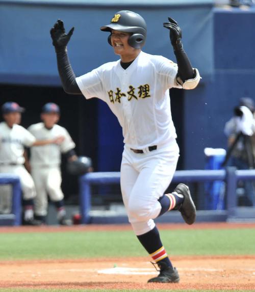 日本文理対新潟 初回日本文理1死一、二塁、先制の3点本塁打を放ち、両手でガッツポーズしながら生還する中田龍希一塁手(撮影。山岸章利)