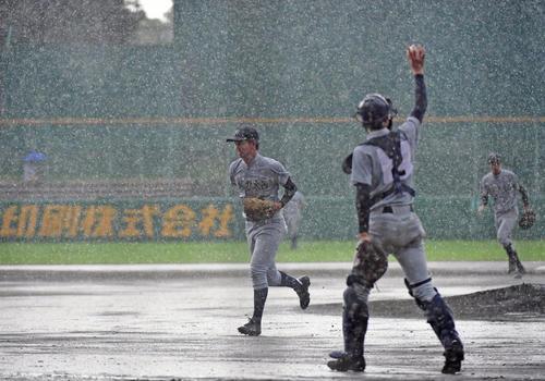 京都外大西対京都国際 1回裏京都国際、雨脚が強くなりベンチに戻る京都外大西・上羽(左)らナイン(撮影・清水貴仁)