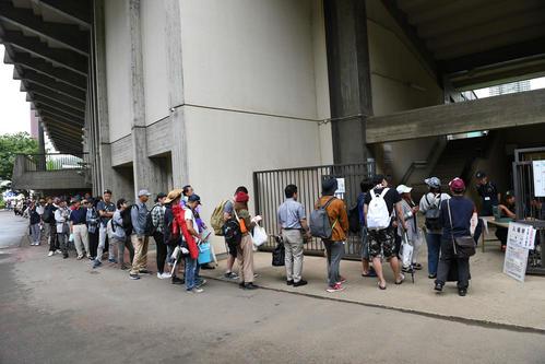 午前7時の開門を前に来場者が列をつくる(撮影・山崎安昭)