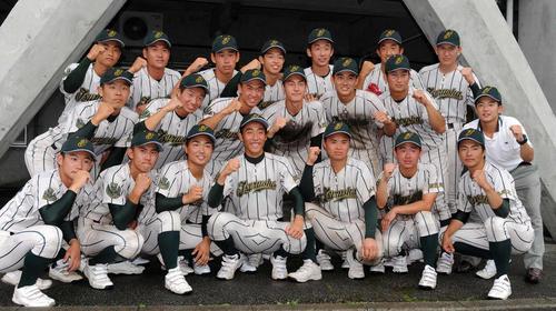 3年ぶり6度目の優勝を決めた鶴岡東ナイン