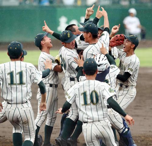 鶴岡東対山形中央 3年ぶり6度目の優勝を決め喜ぶ鶴岡東の選手たち