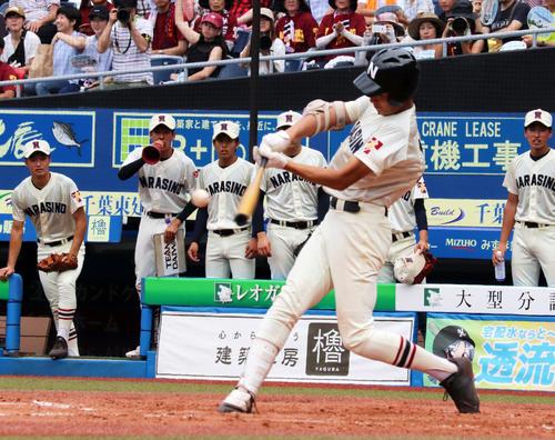 1回裏2死一、二塁、右越えに適時二塁打を放つ習志野・和田(撮影・玉置肇)