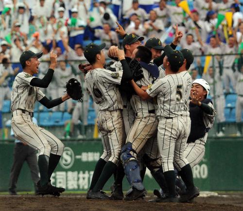 3年ぶり6度目の優勝を決めて喜び合う鶴岡東ナイン