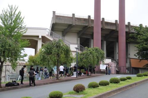 花巻東対大船渡 岩手大会決勝には早朝5時時点で約30人が開場を待った(撮影・金子真仁)