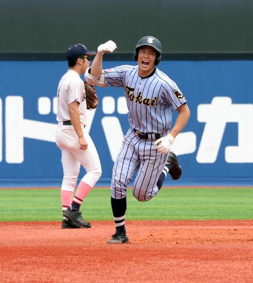 東海大相模対日大藤沢 3回表東海大相模2死二塁、中越えに2点本塁打を放った遠藤はガッツポーズで二塁を回る(撮影・鈴木正章)