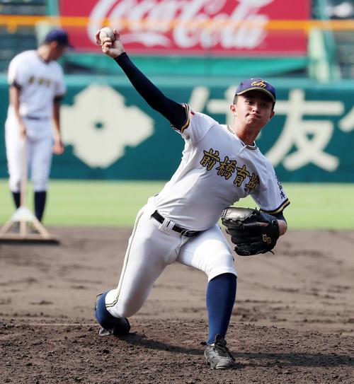 甲子園のマウンドで投球練習する前橋育英の横塚(撮影・加藤哉)