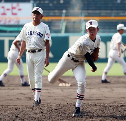 マウンドから投球練習する習志野の飯塚(撮影・加藤哉)