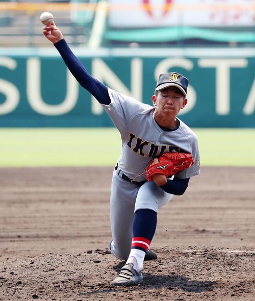 マウンドで投球練習する仙台育英の伊藤樹(撮影・加藤哉)=2019年8月2日、甲子園球場