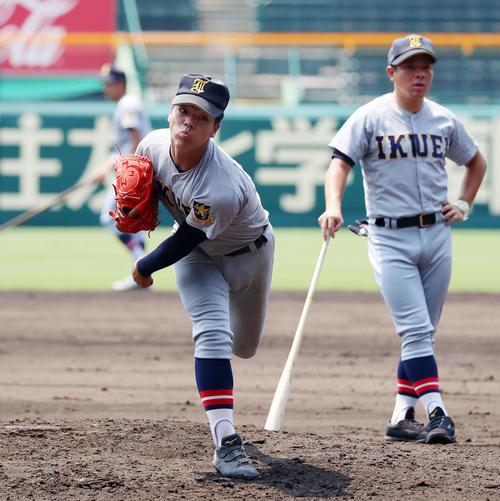 マウンドで投球練習する仙台育英の笹倉世凪(撮影・加藤哉)=2019年8月2日、甲子園球場