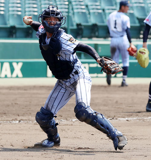 シートノックで一塁へ送球する井上恵輔主将(撮影・加藤哉)=2019年8月2日、甲子園球場