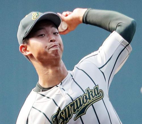 投球練習する鶴岡東・池田