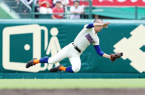 八戸学院光星対誉 8回表八戸学院光星2死二塁、松田は下山の飛球に走り込んで好捕する(撮影・加藤哉)