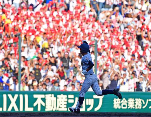 花咲徳栄対明石商 5回裏明石商2死一塁、中越えの逆転2点本塁打を放つ水上(撮影・清水貴仁)