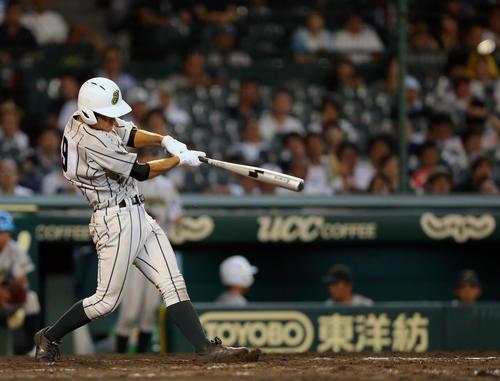 鶴岡東対高松商 9回表鶴岡東2死一塁、左翼越え2点本塁打を放つ竹花(撮影・大野祥一)