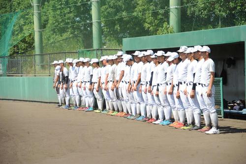 試合前の最後の練習を終え、整列する日本文理ナイン