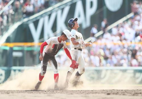 八戸学院光星対智弁学園 8回表八戸学院光星2死二塁、三塁線を破る適時二塁打を放ち雄たけびを上げる下山(撮影・足立雅史)