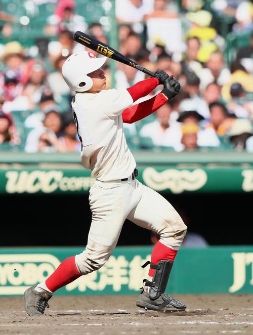 智弁和歌山対明徳義塾 7回表智弁和歌山2死、東妻はこの回チーム3本目の本塁打を放つ(撮影・足立雅史)