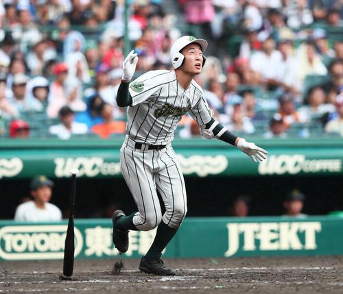 鶴岡東対習志野 9回表鶴岡東2死、丸山は右越えに2打席連続の本塁打を放つ(撮影・足立雅史)
