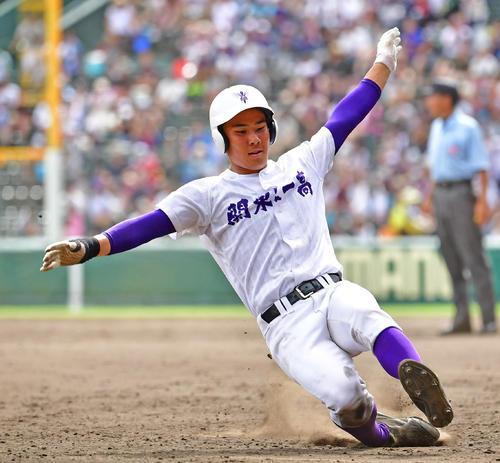 熊本工対関東第一 5回表関東第一1死一塁、二盗を決めさらに相手悪送球で三塁まで進む平泉(撮影・清水貴仁)