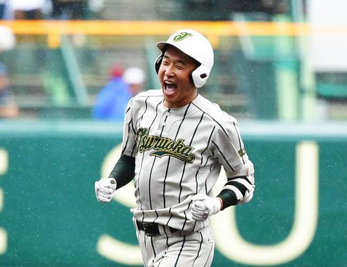 9回表鶴岡東2死、2打席連続となる右越え本塁打を放ち、ほえながら塁を回る丸山(撮影・清水貴仁)