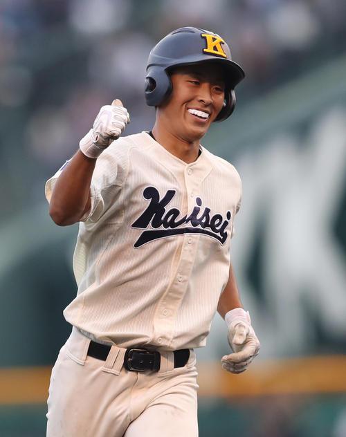 海星対八戸学院光星 1回表海星2死二塁、2点本塁打を放ち、笑顔を見せる海星・坂本(撮影・狩俣裕三)