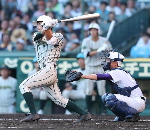 鶴岡東対関東第一 3回表鶴岡東1死一塁、左越えに2点本塁打を放つ竹花(撮影・宇治久裕)