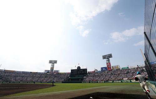 履正社対高岡商 第1試合から満員の甲子園球場(撮影・狩俣裕三)