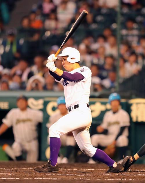 鶴岡東対関東第一 7回裏関東第一1死二塁、左前に同点適時打を放つ平泉(撮影・宇治久裕)