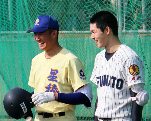 4月のU18日本代表候補合宿に参加した星稜・奥川(左)と大船渡・佐々木
