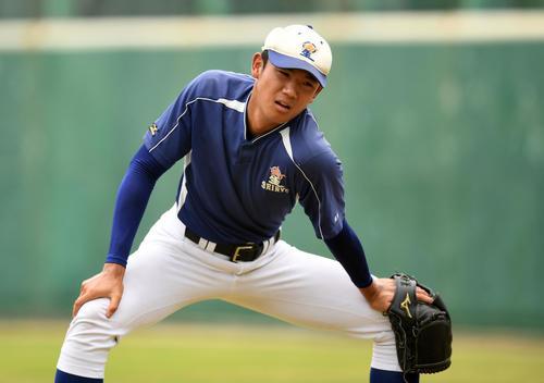 キャッチボール前、入念にストレッチをする星稜・奥川(撮影・横山健太)