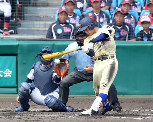 中京学院大中京対星稜 3回裏星稜2死三塁、福本は左前適時打を放つ(撮影・上山淳一)