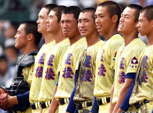 試合後の整列で涙をこらえる星稜・奥川(左から4人目)(撮影・横山健太)