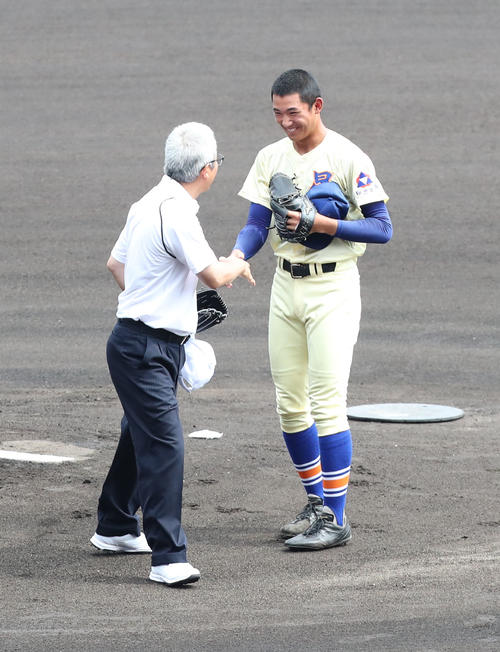 履正社対星稜 始球式で見事な投球を披露した達川光男(撮影・梅根麻紀)