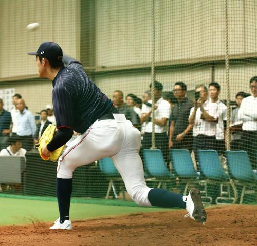 スカウト陣の前で投球練習をする佐々木(撮影・河田真司)