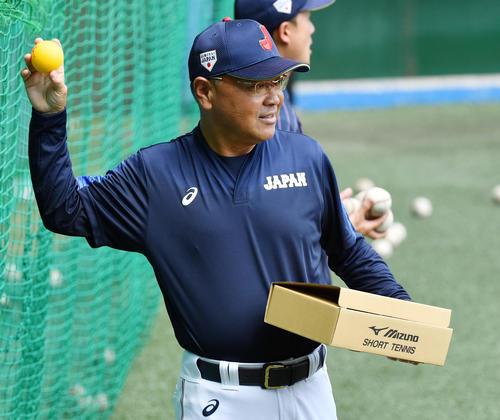 やわらかいボールを使い練習をする永田監督(撮影・横山健太)