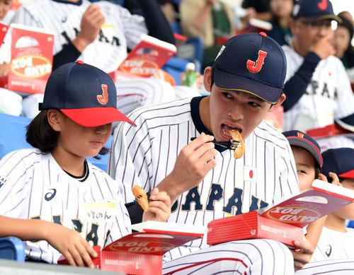 子供たちと一緒にお弁当をほおばる大船渡・佐々木(撮影・横山健太)